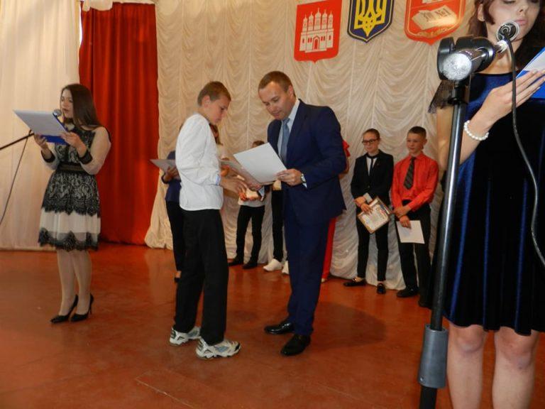 Олександр Корнійчук нагородив преміями талановитих учнів Острога