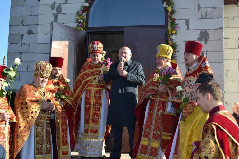 Олександр Данильчук допомагає будувати храм на Березнівщині
