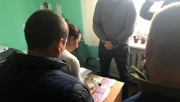 На Рівненщині державний виконавець взяв хабар 13 тисяч гривень