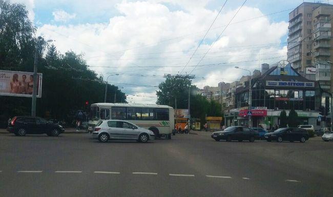 На перехресті Грушевської та Віденської в ДТП потрапив автобус