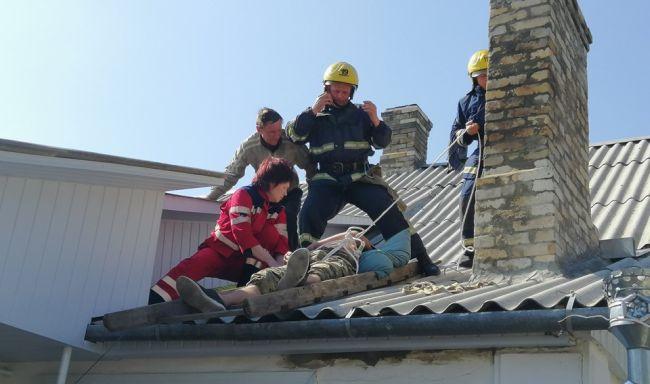 На Рівненщині непритомну людину зняли з даху житлового будинку