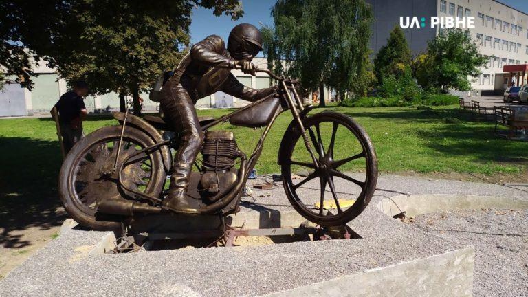 У Рівному біля мототреку встановили пам'ятник мотогонщику