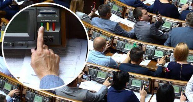 """""""Слуг народу"""" спіймали на кнопкодавстві у Раді (фото, відео)"""