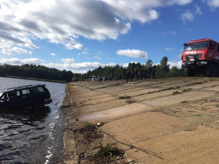 В «бурштиновому» районі на Рівненщині з дна річки дістали позашляховик