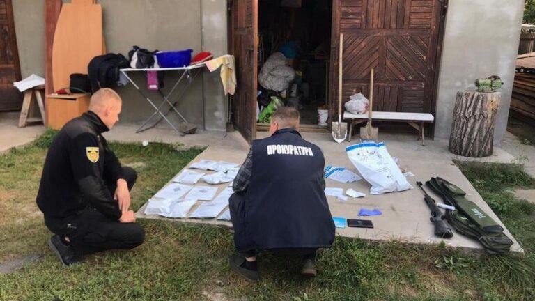 У будинках березнівчан знайшли бурштин та наркотики