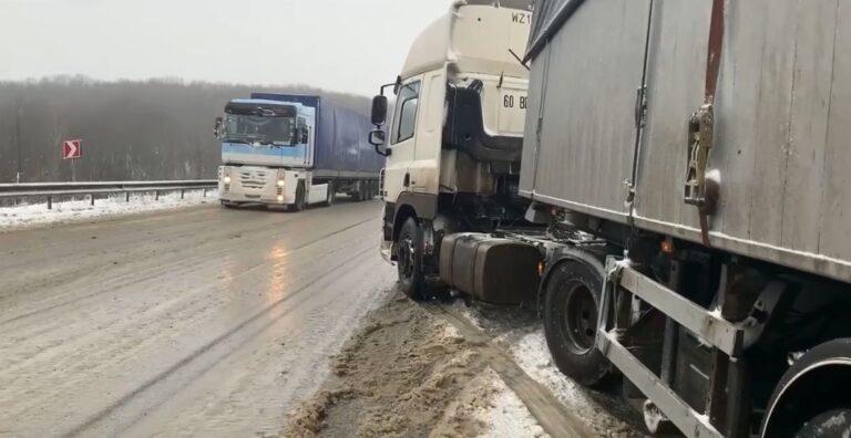 Поблизу Рівного через снігопад застрягли дві вантажівки (+ВІДЕО)
