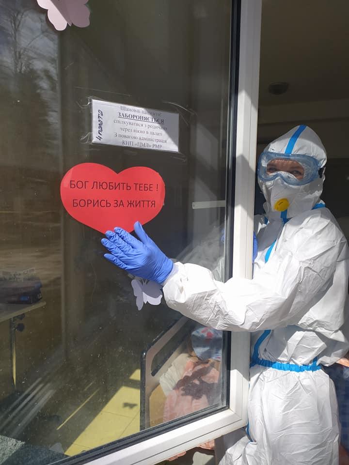 У Рівному вікна міської лікарні прикрас сердечками та метеликами (ФОТО)