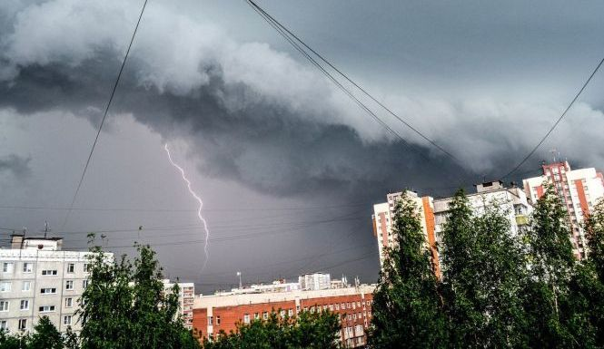 На Рівненщині через грози та сильний вітер оголосили штормове попередження