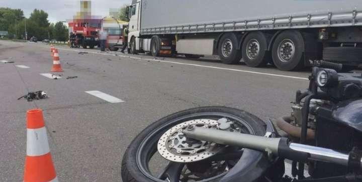 На Рівненщині зіткнулись вантажівка та мотоцикл