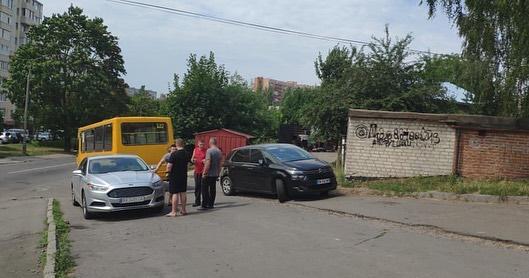 Потрійна ДТП у Рівному: зіткнулись маршрутка та два легковики (+ФОТО)
