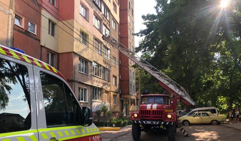 В Рівному рятувальники оперативно відреагували на повідомлення громадян про дітей, які ледве не випали з вікна