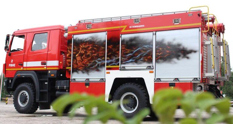 У Рівному рятувальники застосували техніку малюнка аерографія на пожежно-рятувальному автомобілі (+ФОТО)
