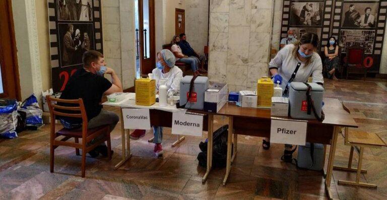 257 рівнян отримали щеплення проти COVID-19 у Центрі вакцинації у драмтеатрі
