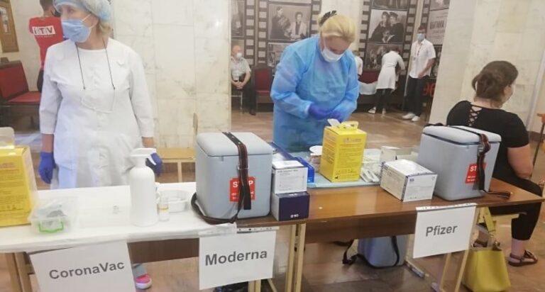 На Рівненщині за вихідні вакцину від COVID-19 отримали 1,5 тисячі людей
