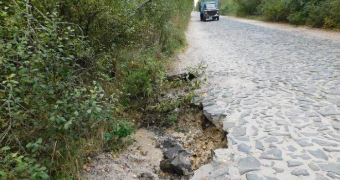 На Рівненщині після сильних злив зруйнувалася дорога (+ФОТО)