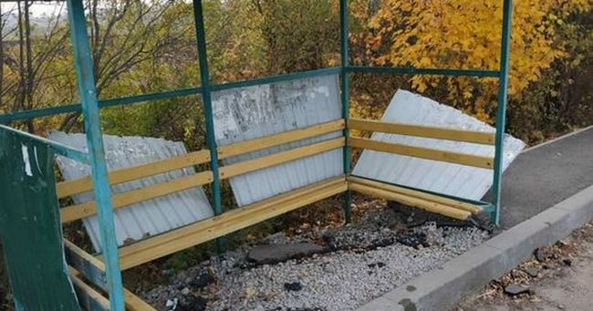 На Рівненщині вандали вщент розтрощили зупинку